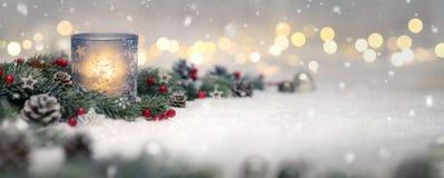 Decorazione di Natale con la candela e le luci fotografie stock libere da diritti