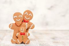 Decorazione di Natale con la famiglia felice dell'uomo di pan di zenzero Fotografia Stock Libera da Diritti