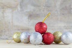 Decorazione di Natale con la palla della bagattella sul fondo di legno della tavola Fotografia Stock