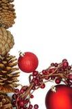 Decorazione di Natale con le bagattelle, le pigne e una corona del Winterberry Immagini Stock Libere da Diritti