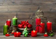 Decorazione di Natale con le candele brucianti interi domestico nostalgico Immagine Stock