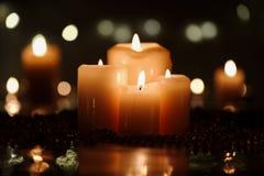 Decorazione di Natale con le candele e le perle Fotografie Stock