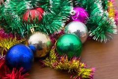 Decorazione di Natale con le palle colorate ed il lamé di natale Immagini Stock Libere da Diritti