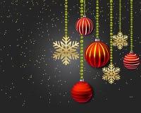 Decorazione di Natale con le palle ed i fiocchi di neve rossi dell'oro su un fondo nero Immagini Stock Libere da Diritti
