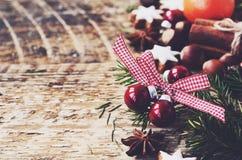 Decorazione di natale con le palle, i biscotti del pan di zenzero ed i ramoscelli rossi dell'albero di abete Fotografia Stock