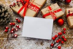 Decorazione di Natale con lo spazio in bianco ed il regalo bianchi Immagini Stock Libere da Diritti