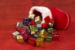 Decorazione di Natale con lo stivale del ` s di Santa ed i regali di caduta Immagini Stock