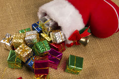 Decorazione di Natale con lo stivale del ` s di Santa ed i regali di caduta Fotografie Stock