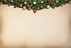 Decorazione di Natale con pelliccia e le bagattelle. Immagine Stock Libera da Diritti