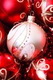 Decorazione di Natale con rosso ed oro e coni su bianco Immagini Stock Libere da Diritti