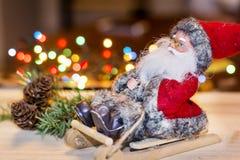 Decorazione di Natale con Santa Claus su una slitta di legno Fotografia Stock Libera da Diritti
