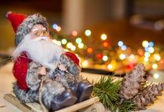 Decorazione di Natale con Santa Claus su una slitta di legno Immagine Stock Libera da Diritti