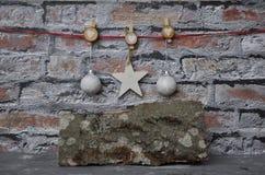 Decorazione di Natale davanti al muro di mattoni Fotografia Stock