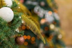 Decorazione di Natale del fondo di festa di un primo piano dell'albero di Natale fotografie stock