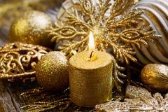 Decorazione di natale dell'oro con la candela Fotografia Stock