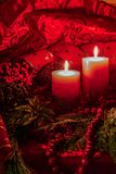 Decorazione di Natale della luce della candela con fondo rosso fotografia stock libera da diritti