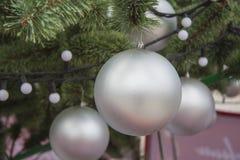 Decorazione di natale della via su un albero del nuovo anno Immagini Stock