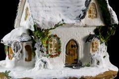 Decorazione di natale di inverni con la casa ceramica del piccolo giocattolo Immagini Stock