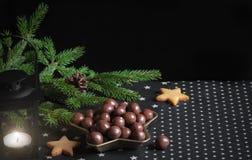 Decorazione di Natale e biscotti a forma di stella immagine stock libera da diritti