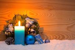 Decorazione di Natale e candela blu di arrivo Cartolina di Natale Fotografie Stock