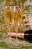 Decorazione di natale e un champagne dei due bicchieri di vino Fotografia Stock Libera da Diritti