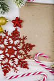 Decorazione di Natale e vecchia carta sulla tavola di legno blu Snowfla fotografie stock libere da diritti