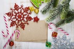 Decorazione di Natale e vecchia carta sulla tavola di legno blu Snowfla immagini stock libere da diritti