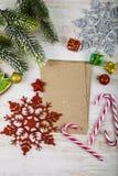 Decorazione di Natale e vecchia carta sulla tavola di legno blu Snowfla immagine stock libera da diritti