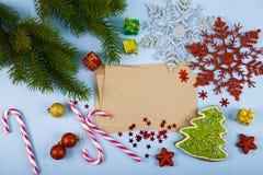 Decorazione di Natale e vecchia carta sulla tavola di legno blu Snowfla fotografia stock libera da diritti