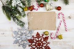 Decorazione di Natale e vecchia carta sulla tavola di legno marrone Snowfl fotografia stock libera da diritti