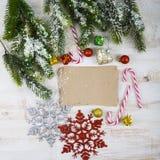 Decorazione di Natale e vecchia carta sulla tavola di legno marrone Snowfl immagini stock libere da diritti