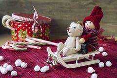 Decorazione di Natale - giocattoli miniatura sulle slitte. Contenitore di regalo con il candi Immagini Stock Libere da Diritti