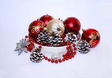 Decorazione di Natale nel rosso e nei colori su bianco Immagine Stock