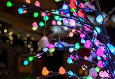 Decorazione di Natale - palla brillante con l'albero delle luci variopinte Fotografia Stock Libera da Diritti
