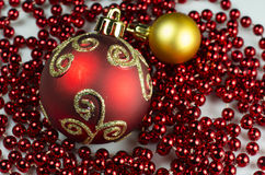 Decorazione di Natale - 2 palle con la catena Immagine Stock