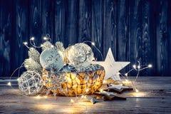 Decorazione di Natale per la ghirlanda delle palle di vetro dell'abete Fotografia Stock Libera da Diritti