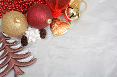 Decorazione di Natale, pini delle palle ed albero sul modello dell'insegna Fotografia Stock