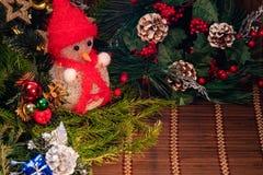 Decorazione di Natale, porcellino salvadanaio su fondo di legno, su fondo astratto a tempo di iniziare al risparmio o sulla soluz fotografia stock