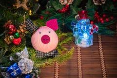 Decorazione di Natale, porcellino salvadanaio su fondo di legno, su fondo astratto a tempo di iniziare al risparmio o sulla soluz fotografia stock libera da diritti