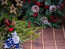 Decorazione di Natale, porcellino salvadanaio su fondo di legno, su fondo astratto a tempo di iniziare al risparmio o sulla soluz immagine stock libera da diritti