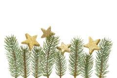 Decorazione di Natale, ramoscelli dell'abete e stelle dorate isolati su fondo bianco Immagine Stock
