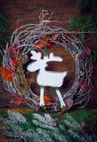 Decorazione di natale Siluetta dei cervi di una corona di Natale Fondo scuro Fotografia Stock Libera da Diritti