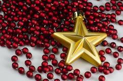 Decorazione di Natale - stella d'oro con la catena Fotografia Stock Libera da Diritti