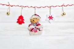 Decorazione di Natale su fondo di legno bianco annata immagini stock libere da diritti