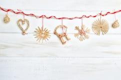 Decorazione di Natale su fondo di legno bianco annata fotografie stock libere da diritti