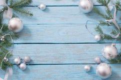 Decorazione di Natale su fondo di legno blu Immagini Stock Libere da Diritti