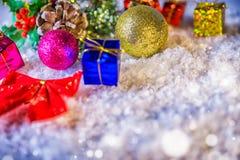 Decorazione di Natale su neve nell'ambito di fondo blu fotografie stock