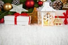 Decorazione di Natale su pelliccia bianca con il primo piano del ramo di albero dell'abete, i regali, la palla di natale, il cono Fotografie Stock