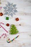 Decorazione di Natale su una tavola di legno Fiocchi di neve, regali, cand immagine stock
