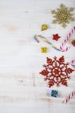 Decorazione di Natale su una tavola di legno Fiocchi di neve, regali, cand fotografia stock